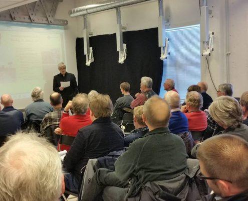 Forfatter Bjørn Westlie hadde mange tilhørere til sitt foredrag om NSB og krigen under Jernbanehistorisk møte i 2015. Foto: Mette Larsen